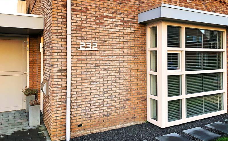 Huisnummer uitgevoerd in geborsteld RVS